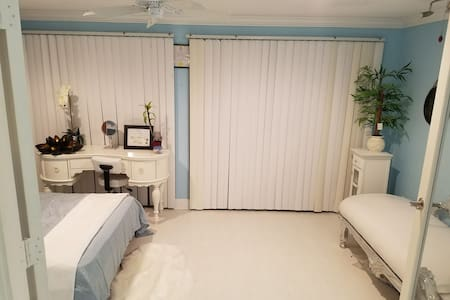 Downstairs lake view rm with Murphy bed - Coconut Creek - Casa