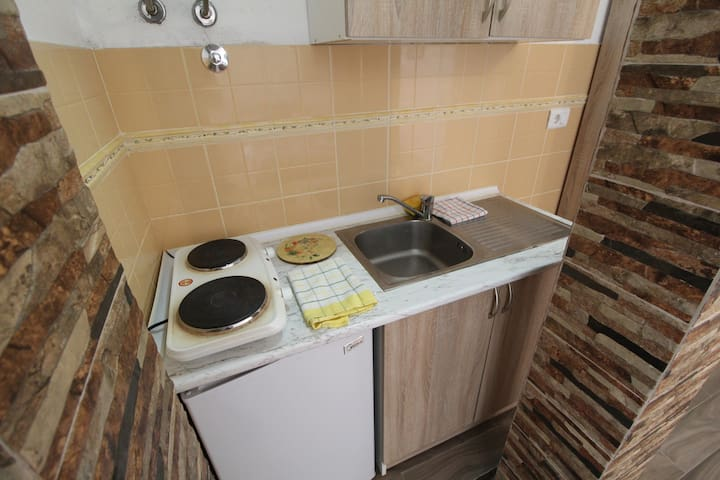 Kitchenette has 2 stove tops, small fridge and hot water. All the silverware and dish-ware are provided.