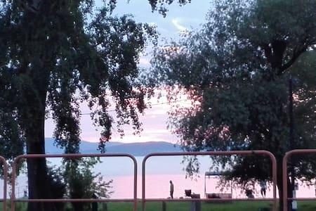 Balatonra panorámás nyaraló stranddal szemben