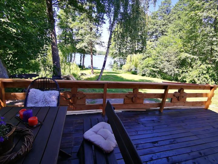 Bajkowy drewniany domek nad jeziorem
