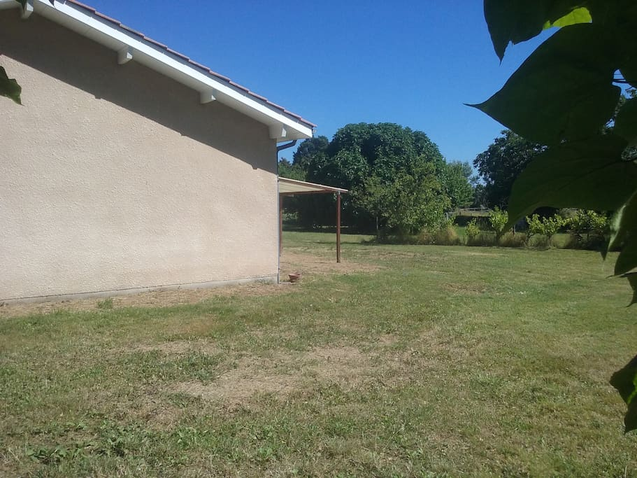 grand espace vert autour de la maison  possibilité d'y garer la voiture ou de jouer avec les enfants