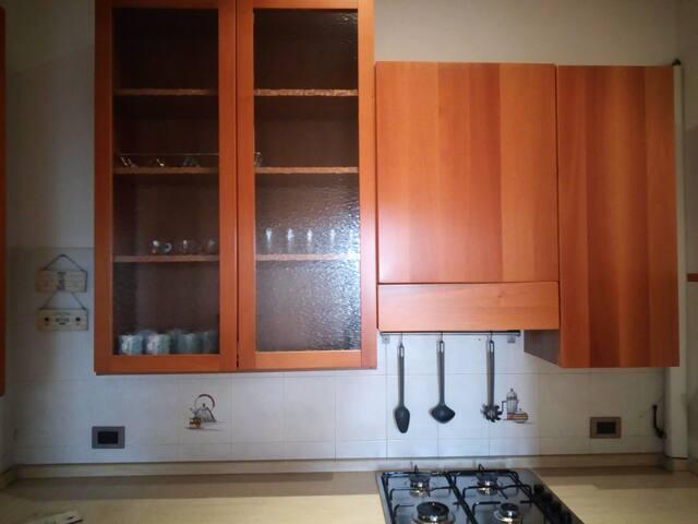 cucina completa di stoviglie e pentolame