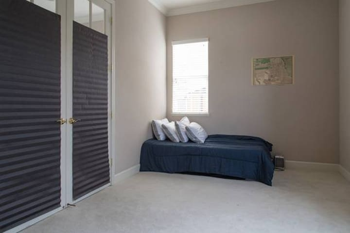 Affordable room at a house with a great company - Union City - House