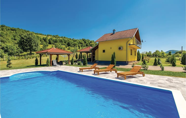 Holiday cottage with 3 bedrooms on 80m² in Otocac