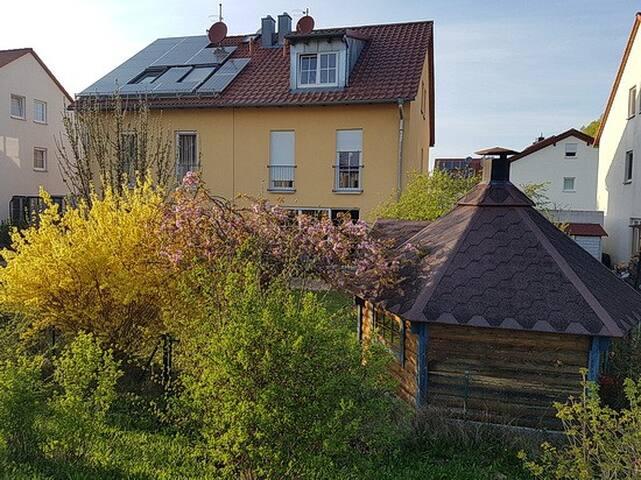 Südansicht des Hauses im Frühling
