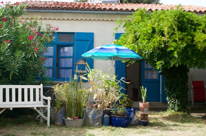 Guest house with terrace, 60 yards from beach - Saint-Georges-de-Didonne - Casa