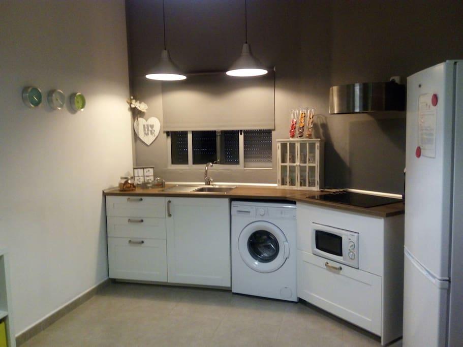 Cocina vitroceramica, microondas, lavadora, frigorífico con congelador, cafetera de cápsulas, utensilios de cocina, etc...