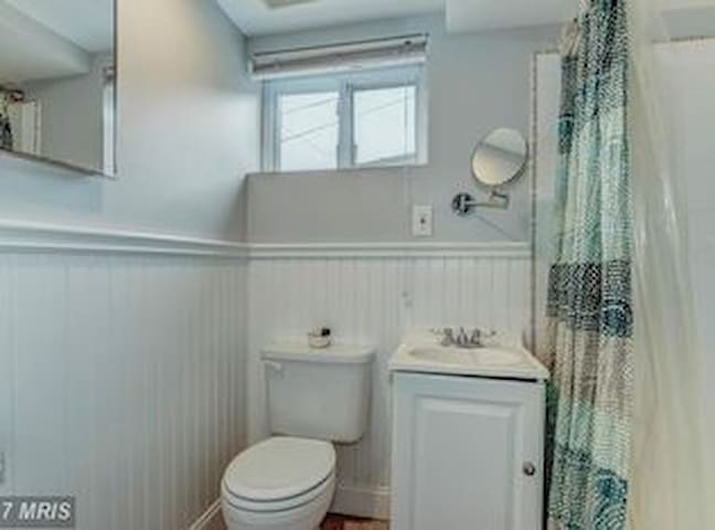 Private bathroom, recently renovated