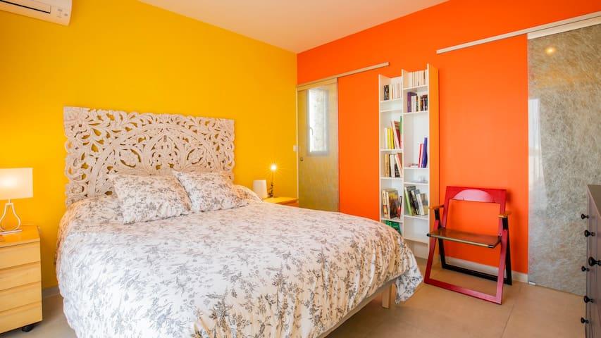 La chambre parentale au rez-de-chaussée avec dressing et salle de douche privés - 160 x 200