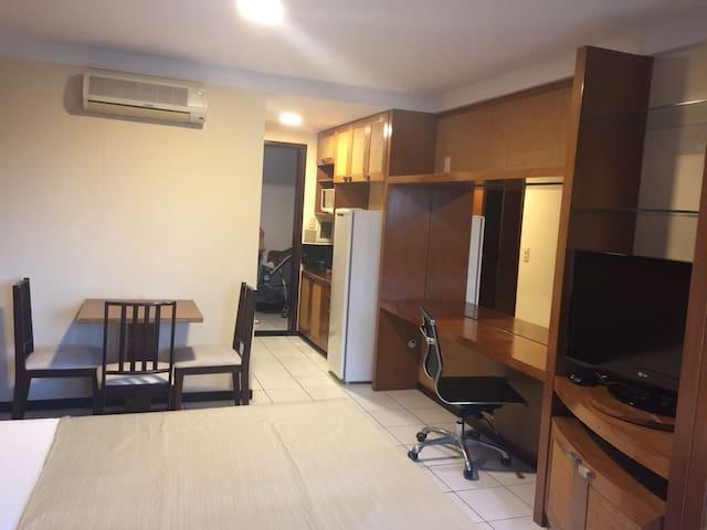 Suite com área de trabalho.