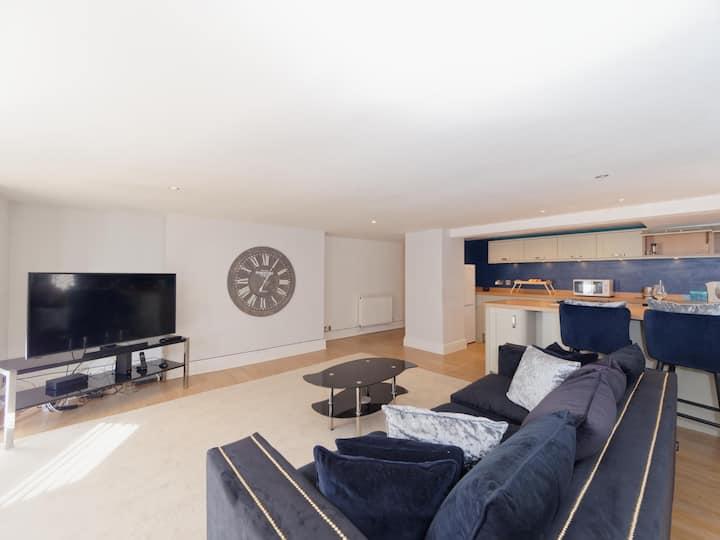 Stunning Spacious Harrogate Apartment - Sleeps 6