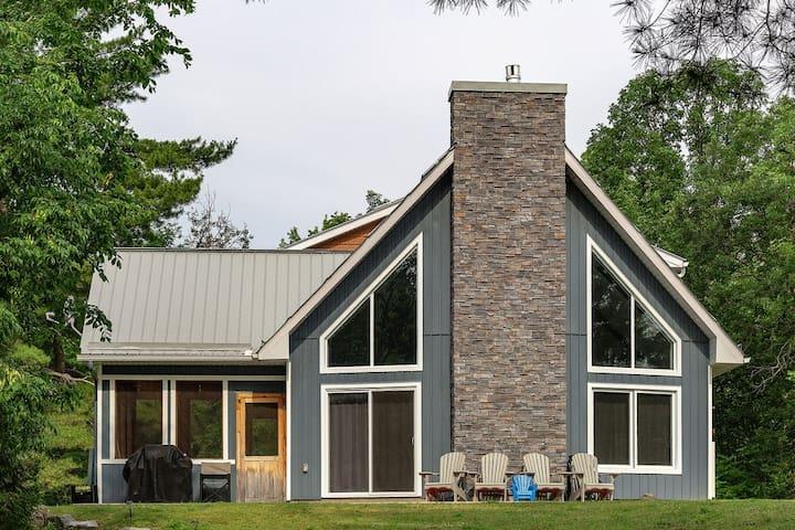 """Bayside"" Ottawa River Cottage"