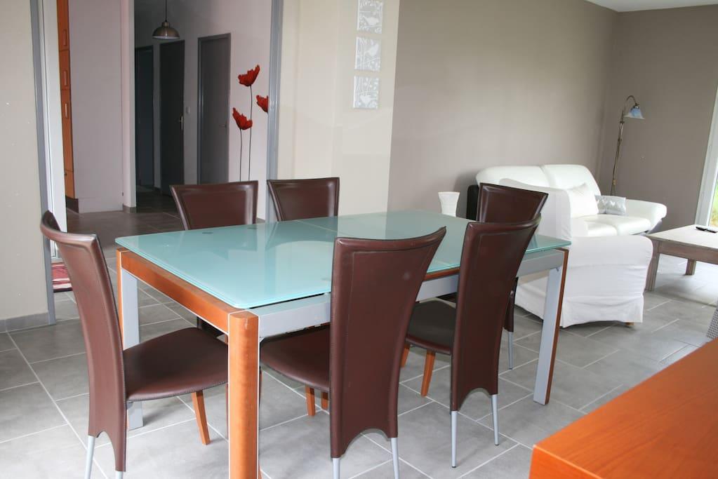 salle à manger, table en verre avec 2 rallonges possibles.