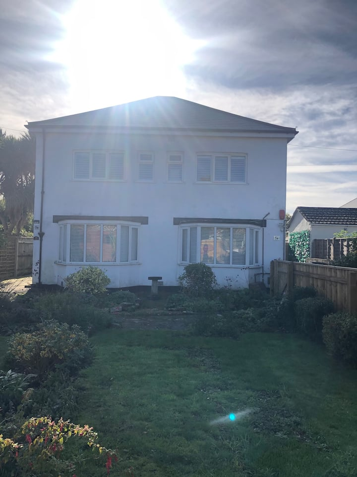 Self Contained Flat near Town Centre and Beach