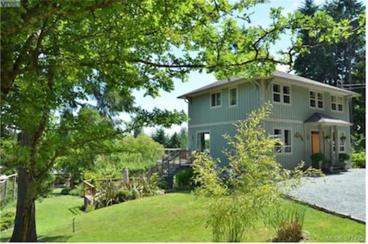 Lovely 3 bdrm house close to beach, Salt Spring
