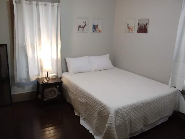 Clean, Private bedroom near Highland Square