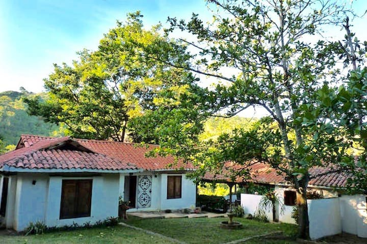 Colonial House with 2 Guest Bedrooms,Casa en finca - La Mesa - Hus