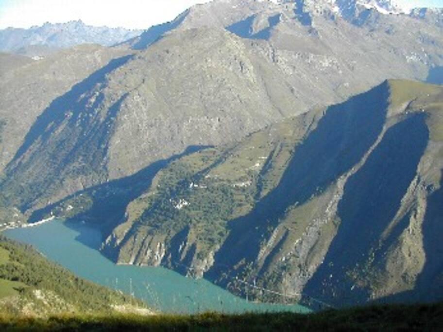 Le petit hamaeu là-bas au-dessus du lac: c'est là.