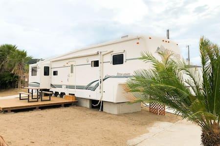 【目の前に広がる海】海辺のアメリカンなトレーラーハウスを一棟貸切【BBQや温泉も利用可能】