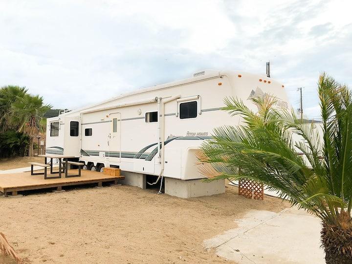 【ビーチまで徒歩1分!】海辺のアメリカンなトレーラーハウスを一棟貸切【BBQや温泉も利用可能】
