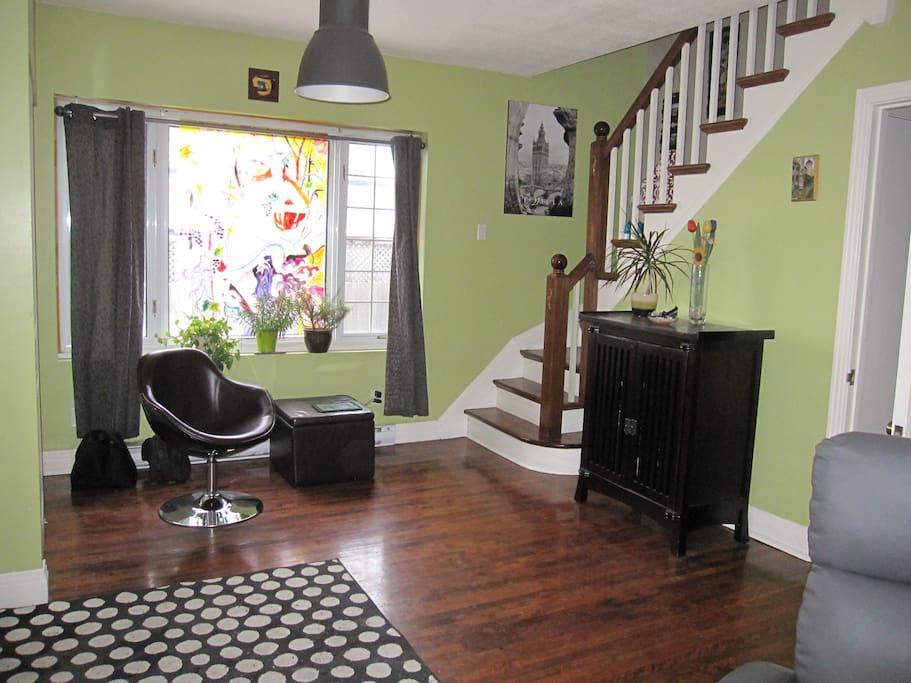 Entrée et escalier qui monte vers les 2 chambres