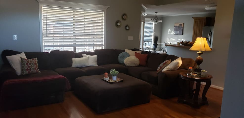 Private room in Bryant 2 minutes from freeway!