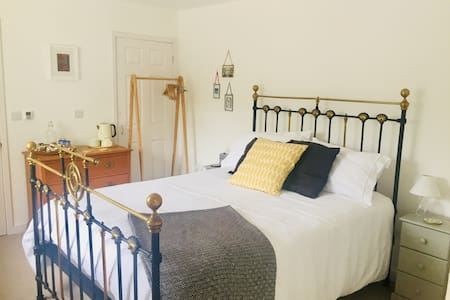 Private room & en-suite in South West Cornwall