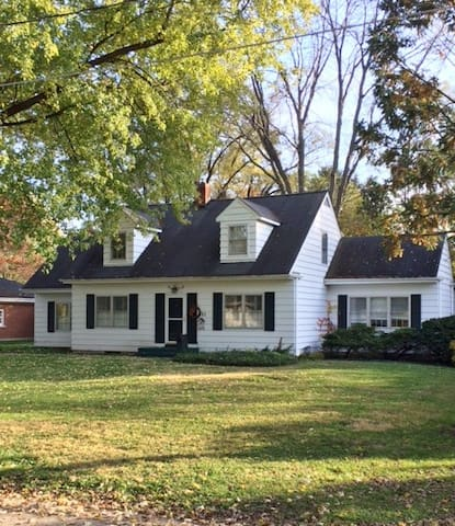 Charming Cape Cod close to town and train station.