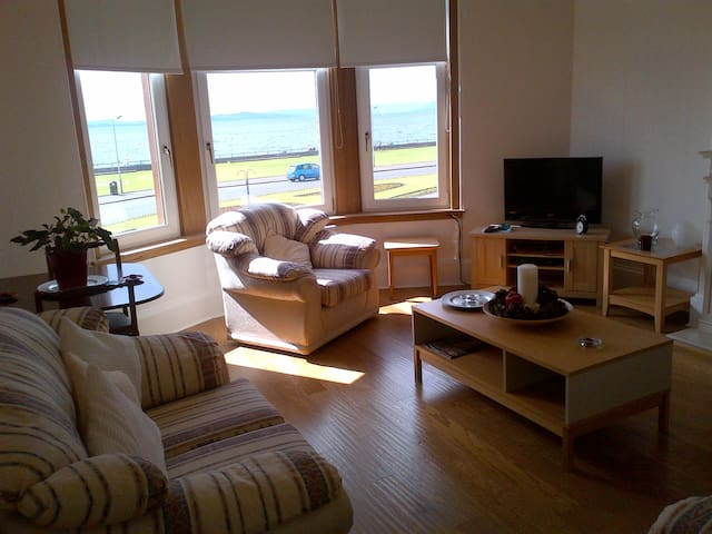 Quiet, spacious, centrally located with sea views - Largs - Daire