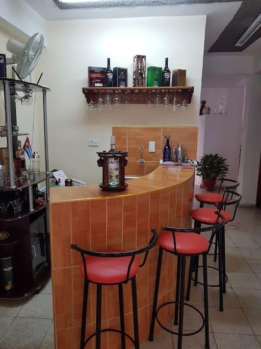 Un cocktail de bienvenue offert à notre bar. Préparation de cockails sur demande. A welcome cocktail offered at our bar. Preparation of cockails on request. Un cóctel de bienvenida se ofrecerá en nuestro bar. Preparación de cockails bajo petición.