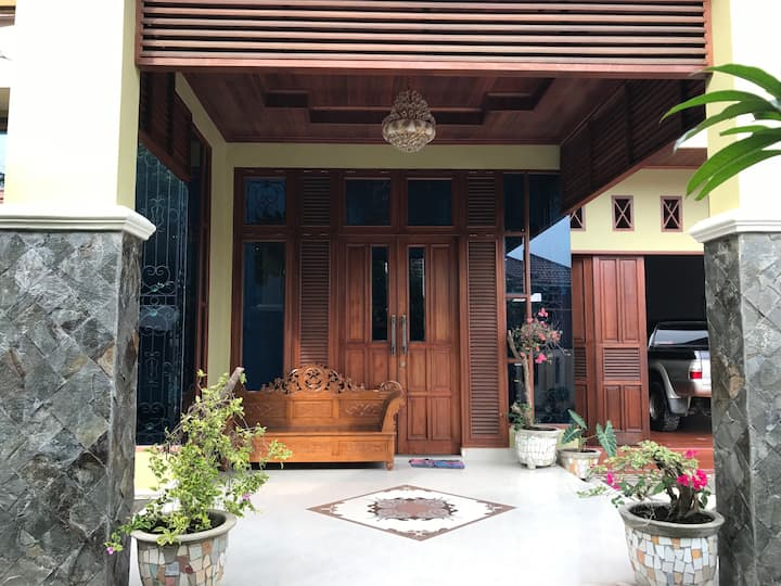 Villa with swimming pool in the heart of Medan