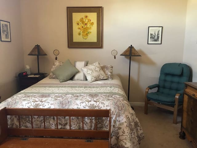 Private Bedroom, dresser, queen bed, bench, lamps, bedside table