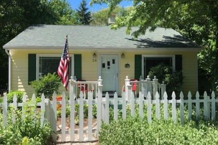 The Lemonade Cottage, New Buffalo. Walk to beach!