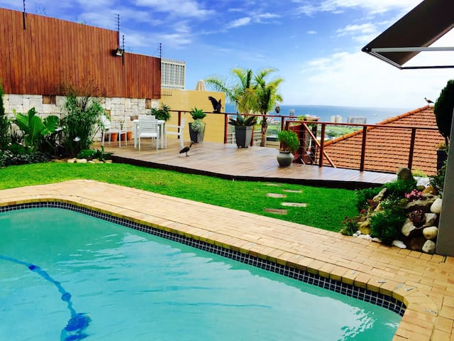 Sun & Sea in a 2 bedroom place, smack bang in town - Cape Town - House