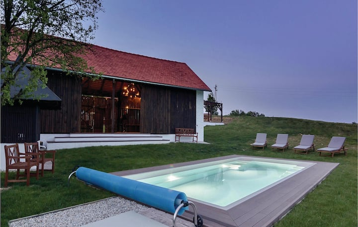 Holiday cottage with 5 bedrooms on 251m² in Krizevci