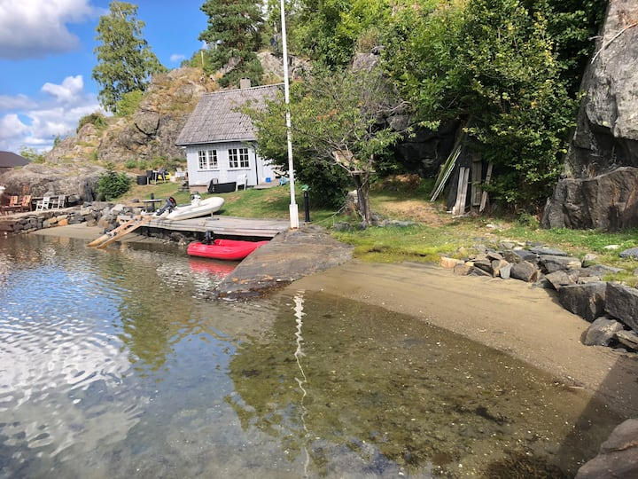 Hytte med 30 meters strandlinje i Åbyfjorden