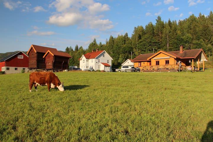 UKESLEIE AV GÅRDSHUS I TUNET PÅ FARMEN FLØTTERUD