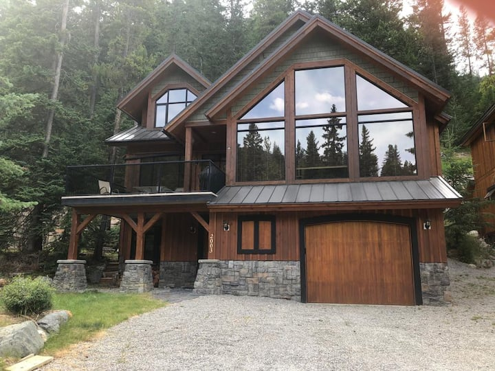 4 Bedroom Ski In cabin with Priv Hot tub