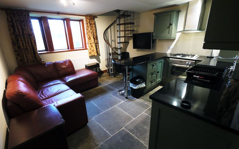 One Bedroom Grade II listed Cottage with Parking - Holmfirth - Haus