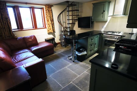 One Bedroom Grade II listed Cottage with Parking - Holmfirth - 独立屋
