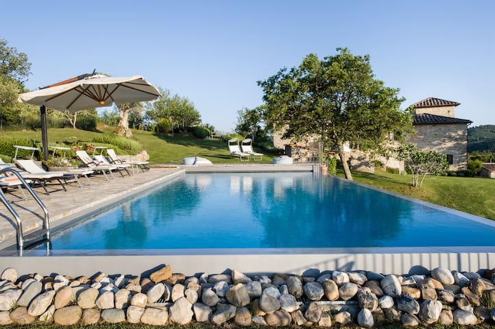 Luxury Family Villa: Heated Infinity Pool & Gym