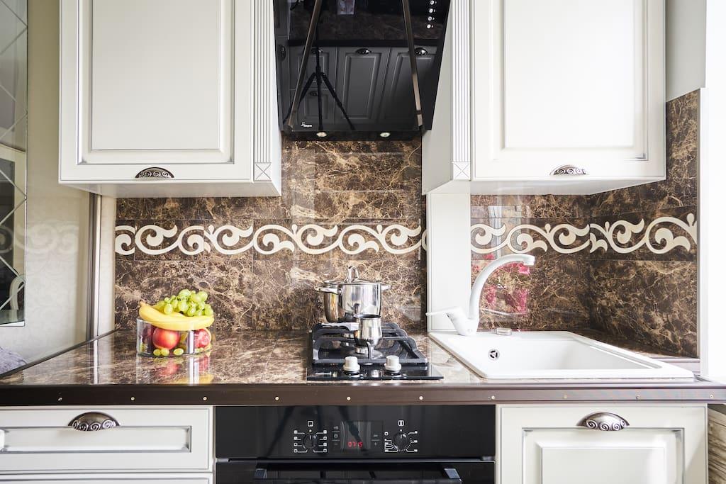 Газовая плита с авторозжигом, духовой шкаф, Вытяжка для удаления запахов, раковина для мытья посуды.