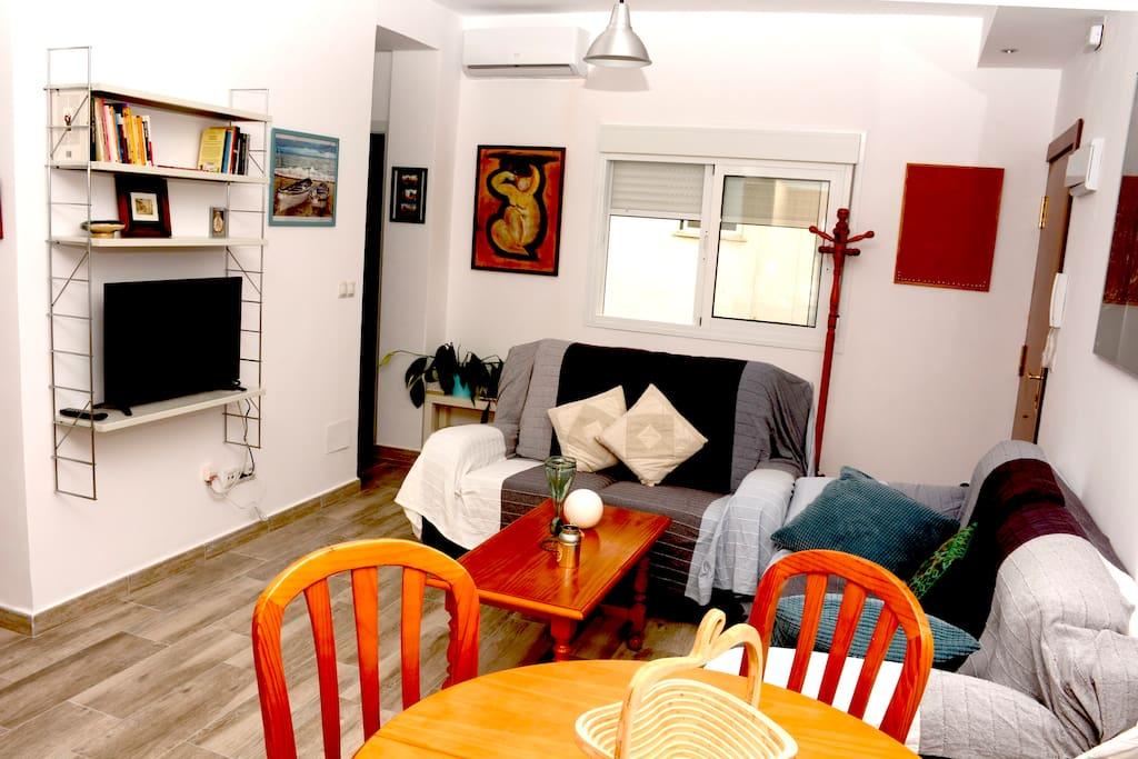 Amplio salón con dos camas