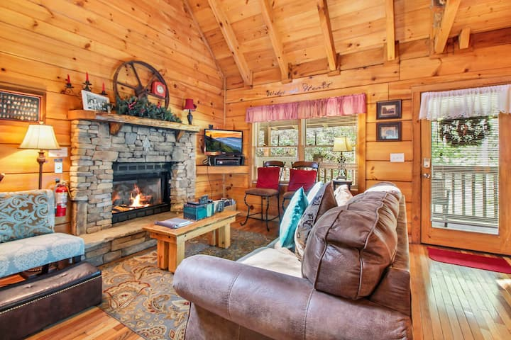 Wild at Heart, 1 Bedroom, Pet Friendly, Hot Tub, Pool Table, WiFi, Sleeps 4