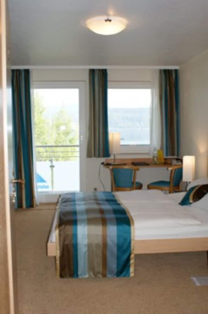 Café Hasler - Hotel Restaurant, (Bodman-Ludwigshafen), Kategorie D/Doppelzimmer mit Dusche/WC über den Flur