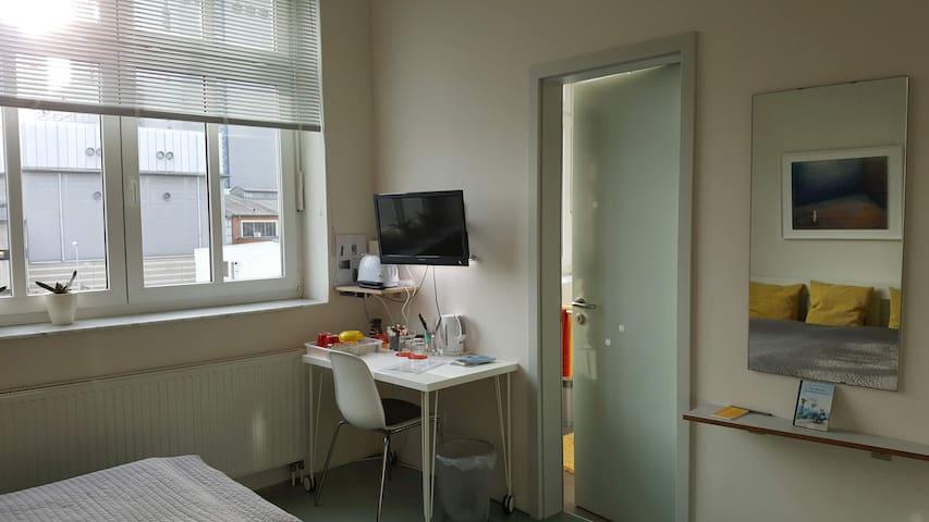 Zimmer mit Tür zum Bad