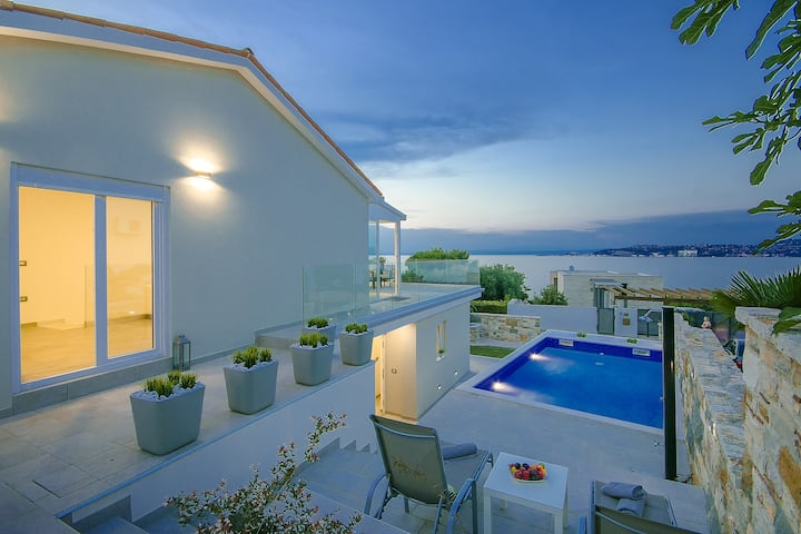 Beautiful, modern, sea view Villa Aurora with pool