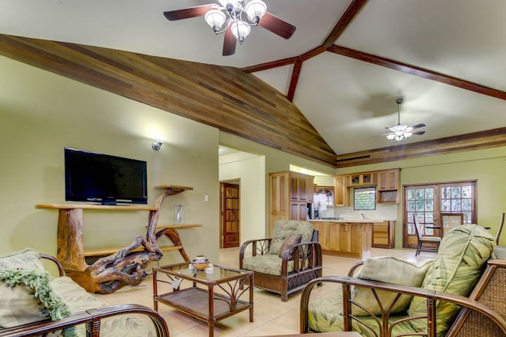 Modern home in a quiet neighborhood w/ balcony, WiFi, AC - ideal for day trips!