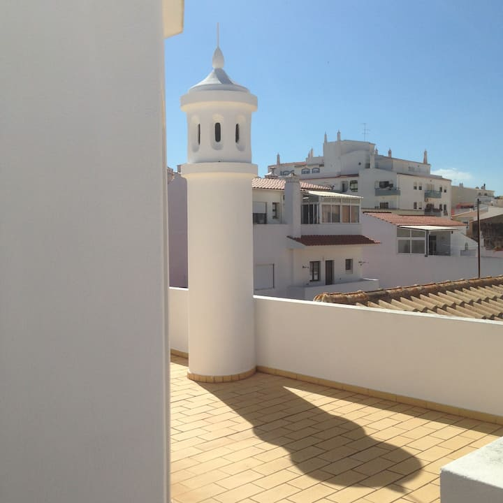 Huge Balcony + 2 Bed + Liv Room Apartment in Lagoa