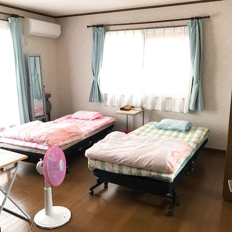 寝室:洋室8畳(16平方メートル)です。隣の部屋にクローゼットがあります。 専用のテレビ(地デジ・BS)があります。(夏仕様) Bedroom: Western-style room with 8 tatami mats (16 square meters).  Closet in the next room. There is a dedicated TV (terrestrial digital / BS). (Summer specification)